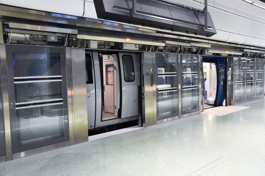 SENTRUMSTUNNEL: Citybanans stasjoner får inneklima skjermet mot spor og togtrafikk ved store glassdører som bare åpnes når toget står stille.