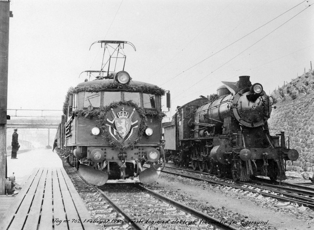 GAMMELT OG NYTT: Bildet viser åpningstoget for elektrisk drift på Egersund stasjon i 1950.