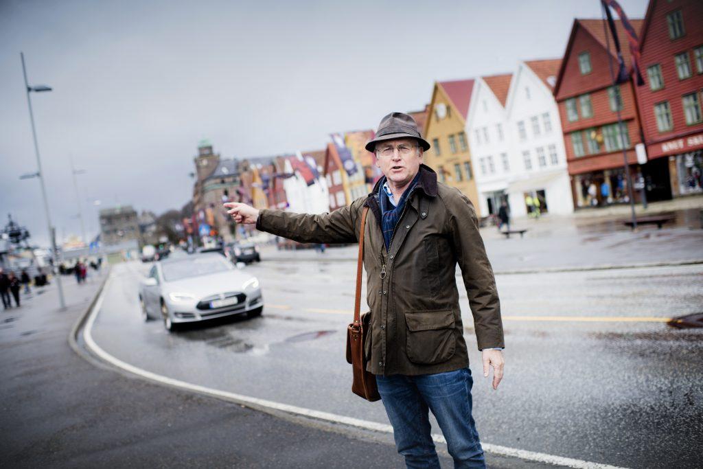 NEI, HER! Gunnar Staalesen mener det er en myte at Bryggen yrer av liv året rundt. Stort sett domineres den av biltrafikk.