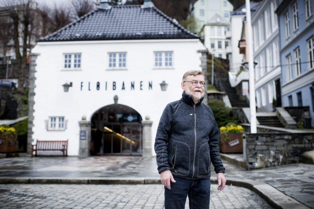 HER! Bergensforfatter Erling Gjelsvik gir ikke opp kampen om å få lagt Bybanen i tunnel. Han mener en av stasjonene kan legges under bakken her, ved Fløibanens stasjon i sentrum.
