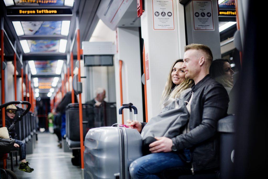 FORNØYDE: –Lettvint og raskere enn vi fryktet, sier Renate Tangen og Christopher Helland, som skal til Flesland for å reise på ferie i Kroatia.