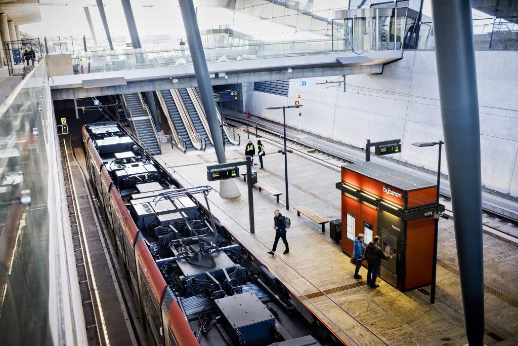 SISTE STOPP: Bybanens endeholdeplass på Flesland ligger rett under den nye terminalen, som åpner i august.