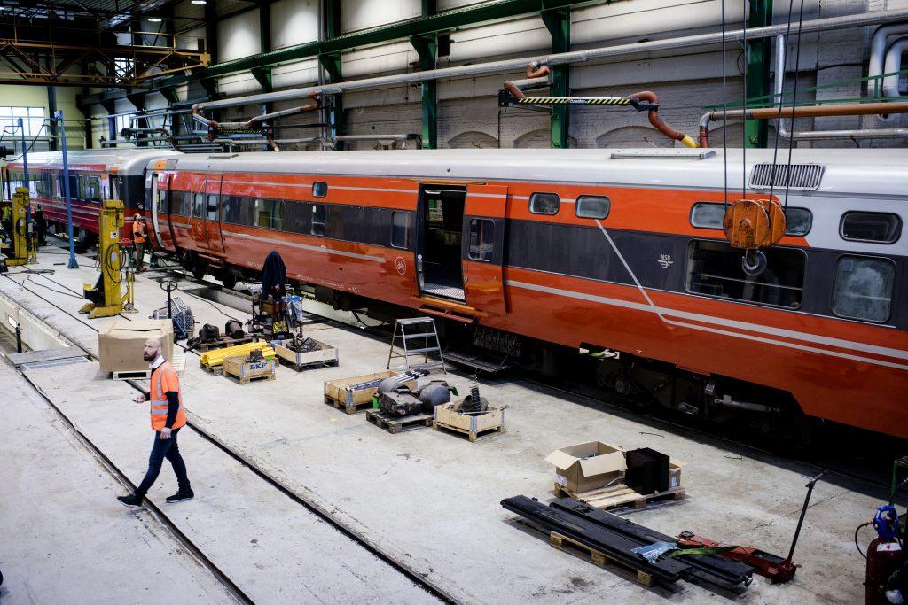 PÅ VERKSTEDET: Hos Mantenas verksted på Hamar har det meste av arbeidet med togmateriellet for Sommertoget blitt gjennomført.