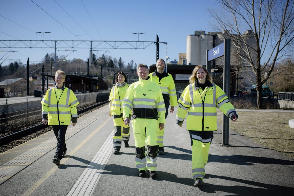 VIKTIGE: Mange fra Bane NOR er viktige brikker for å få Sommertoget på skinner. Noen av dem er (fra venstre) ruteplanlegger Ivar Aarre, sikkerhetsansvarlig Ingunn Dåvøy, signalmontørene Sigbjørn Korsgård og Cato Westli og prosjektleder Ellen Rindal.