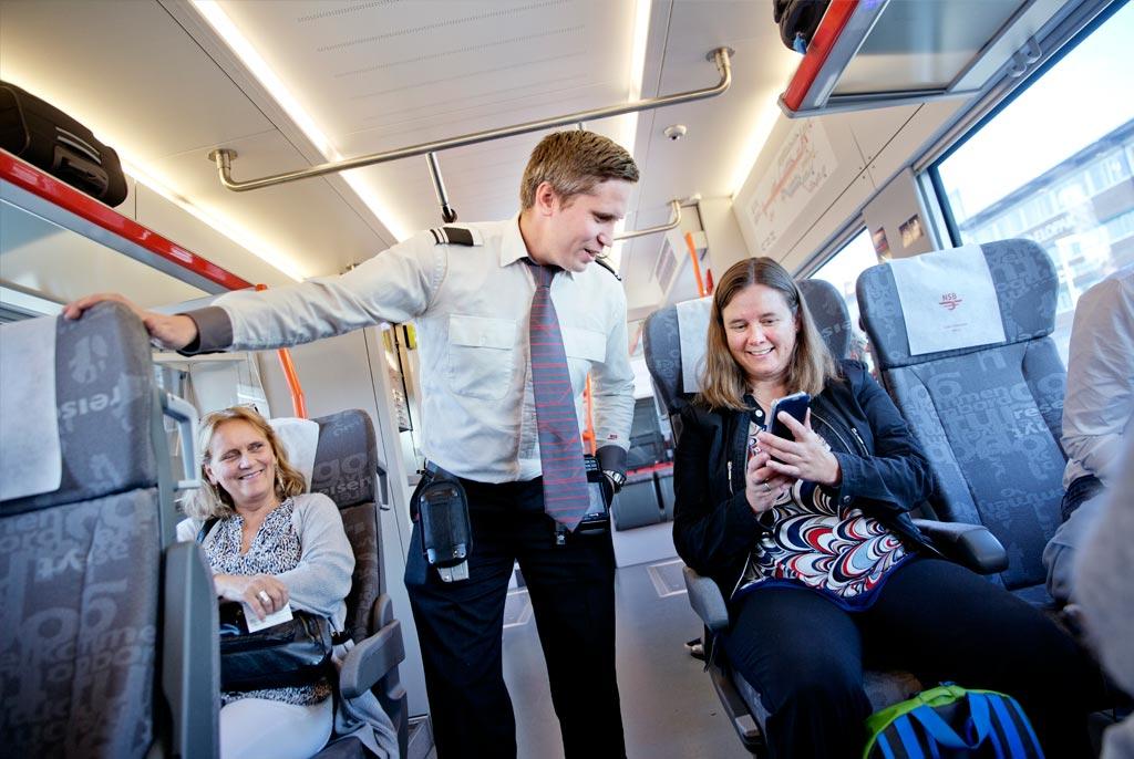 DAGENS BLIDESTE: Møtet med blide passasjerer, som disse kvinnene på vei til seminar i Asker, bidrar sterkt til at Morten Bergseth trives som konduktør.