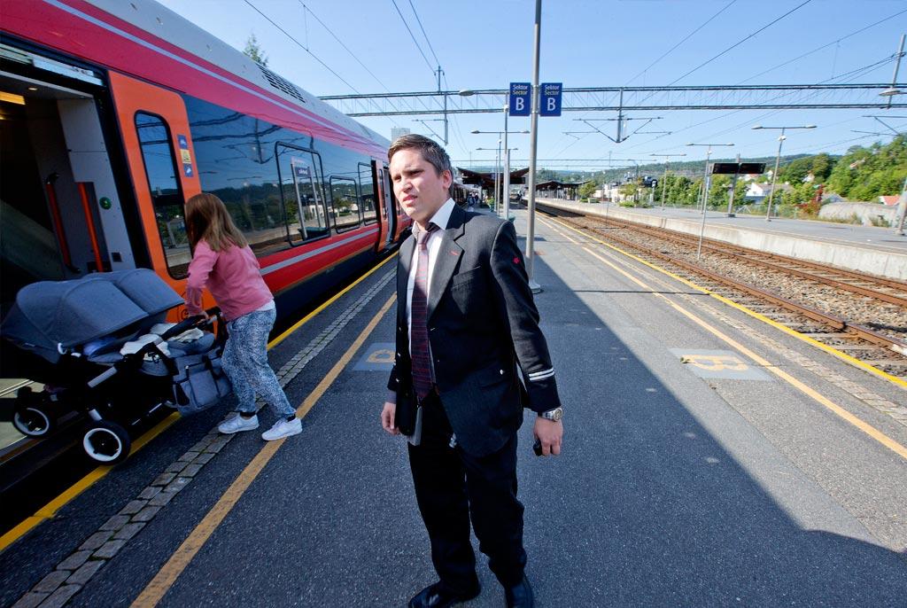 ALLE SKAL MED: Morten Bergseth påser at alle passasjerene er med før han gir lokfører Backe signal om at Flirt-toget kan suse videre.