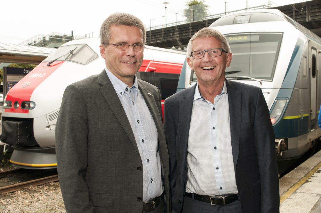 ETT KOLLEKTIVTILBUD: De har forhandlet seg fram til et mer samordnet kollektivtilbud på Jæren, Dagfinn Berge i Jernbanedirektoratet (t.v.) og Odd Aksland i Kolumbus.