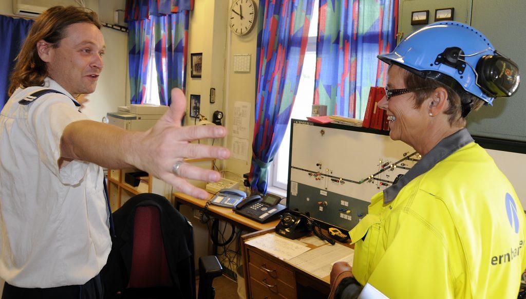 VARM VELKOMST: Elisabeth Enger ble godt mottatt av trafikkstyrer Atle Syverstad på Askim stasjon i 2008. Og hennes største opplevelse som jernbanedirektør var å få oppleve det store sporskiftet sammen med de ansatte ute i Jernbane-Norge.