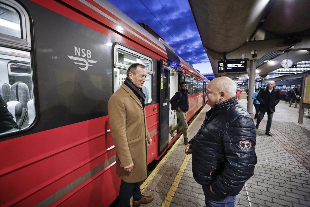 KUNDEVENNLIG: NSB Gjøvikbanens direktør Erik Storhaug legger vekt på å holde tett kontakt med brukerne. To-tre ganger i uken møter han på perrongen på Oslo S om morgenen. Her slår han av en prat med pendler Lars Erik Tokerud.