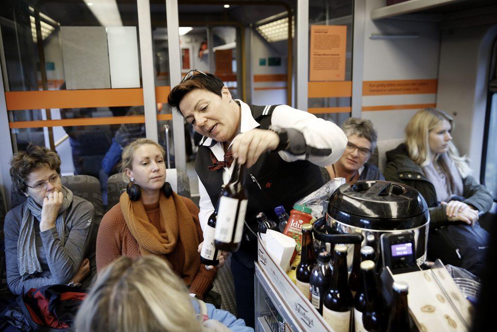 LOKALT BRYGG: –Ja takk, sier Ragnhild Lorentzen når konduktør Åse-Kari Roa byr på håndbrygget øl fra Hadeland på Gjøvikbanens pølsetog.