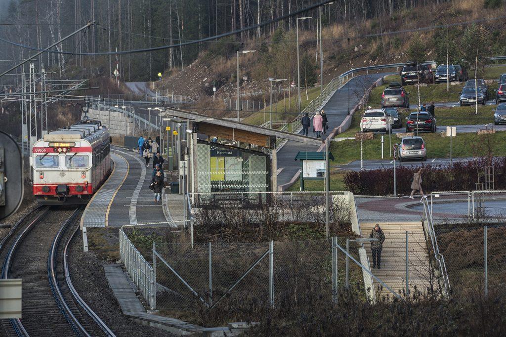 MANGE KURVER: Harestua stasjon ligger midt i en S-kurve.