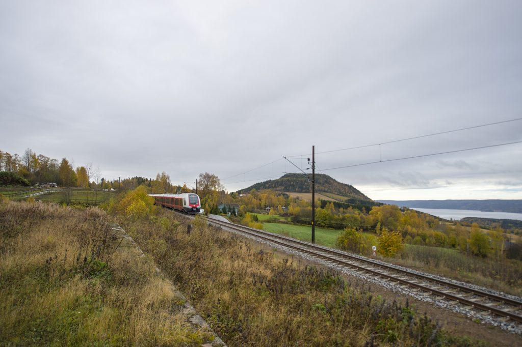 nytt tog: Nå har også Gjøvikbanen fått nye togsett. Bildet er tatt ved Bleiken stasjon ved Randsfjorden.